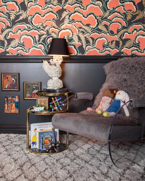 Chambre enfant so chic en noir et papier-peint à motifs roses et noirs
