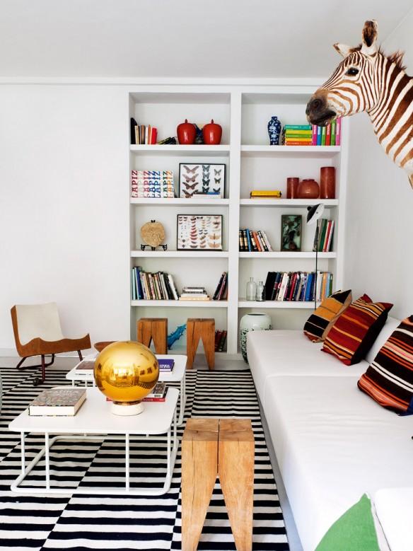 Un appartement à Madrid ethnique || Salon blanc avec tapis à rayures noir et blanc et coussins en Kilim