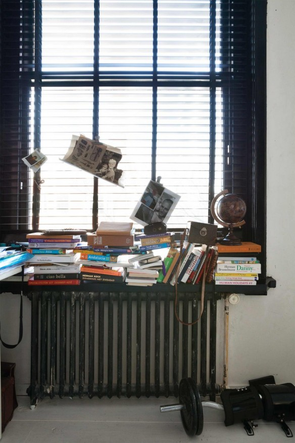 X façon de ranger ses livres de façon improbable - Ranger ses livres sur un bord de fenêtre
