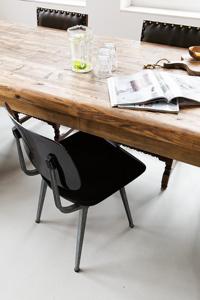 Lieu atypique : Rénovation d'une ancienne école aux Pays Bas || Table XXL et chaises design noires