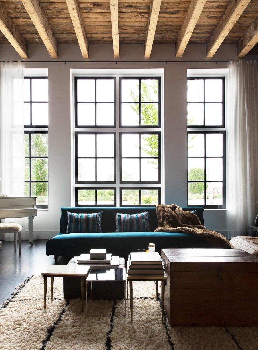 Lieu atypique : Rénovation d'une ancienne école aux Pays Bas || Canapé turquoise et tapis berbère