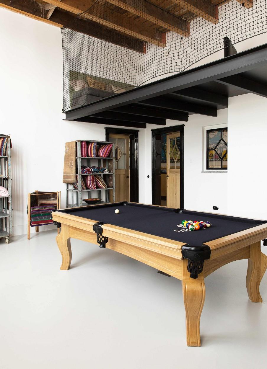 Lieu atypique : Rénovation d'une ancienne école aux Pays Bas || Table de billard noire