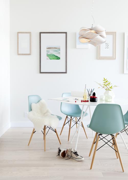 Pantone 2016 Rose Quartz et Bleu Sérénité || Chaises Eames bleu