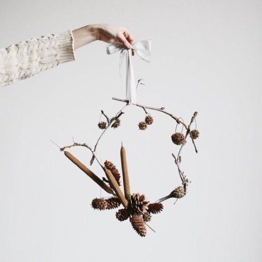 Décoration de noël naturelle à fabriquer || DIY une couronne de pommes de pin by Amy Merrick
