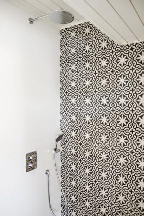 Villa Muurame - Douche en carreaux marocains noir et blanc