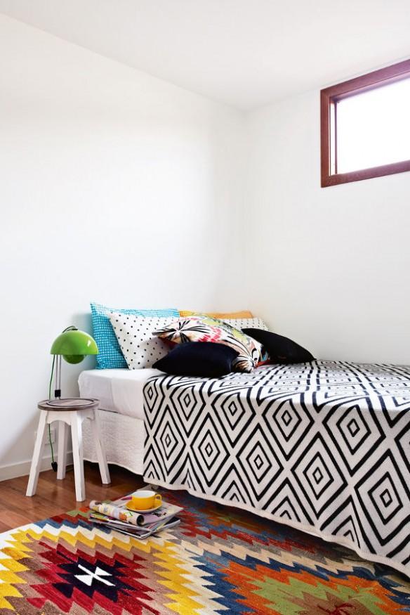 Chambre contemporaine avec des textiles ethniques noir et blanc et couleurs