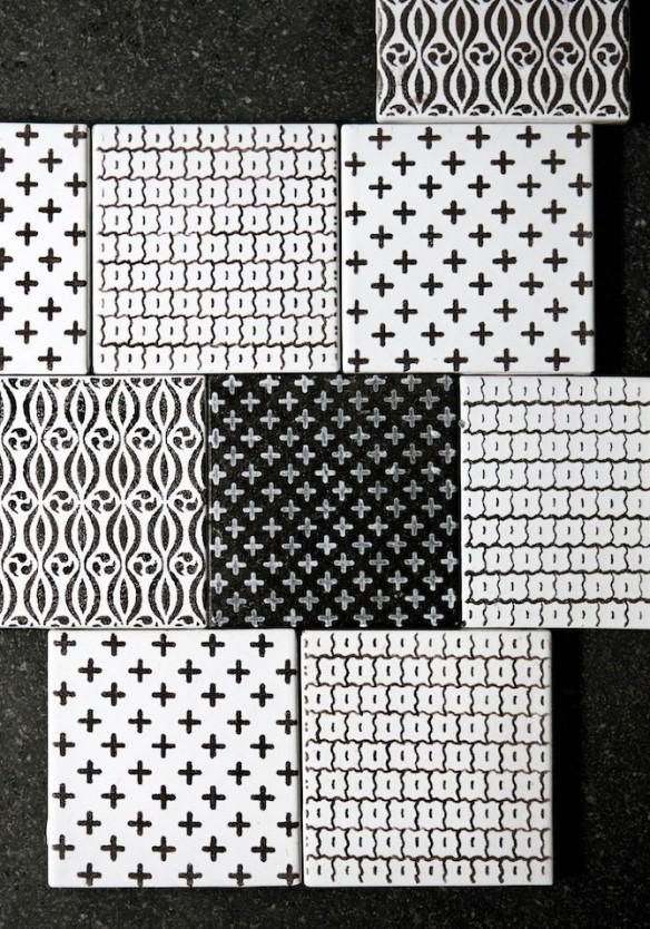 Carreaux de fiaence aux motifs géométriques ethniques noir et blanc - via Kbhsnedkerik