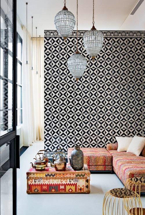 Mur en carreaux de ciment noir et blanc et textiles ethniques de couleurs