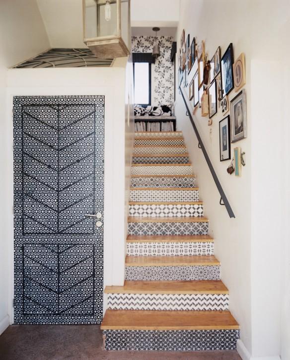 Escalier avec des carreaux de ciment ethniques en noir et blanc