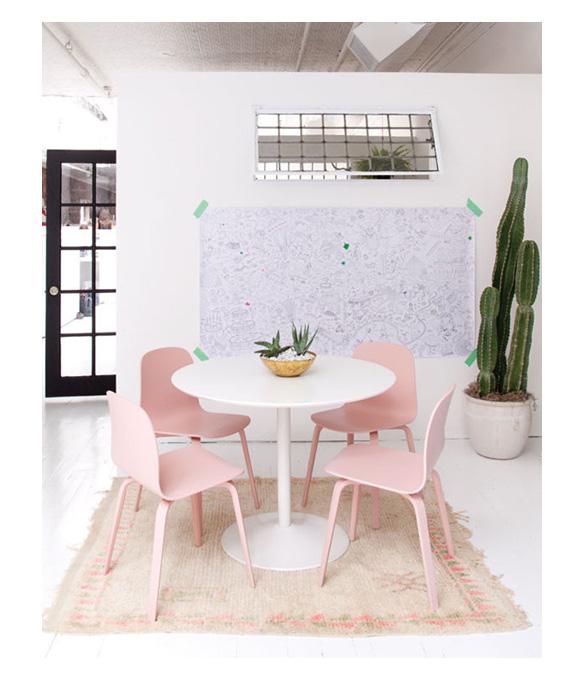 Pantone 2016 Rose Quartz et Bleu Sérénité ||Hatch showroom NYC - Chaises roses pastel