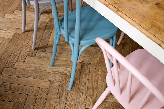 Pantone 2016 Rose Quartz et Bleu Sérénité || Chaises de bistrot bleu et rose pastel
