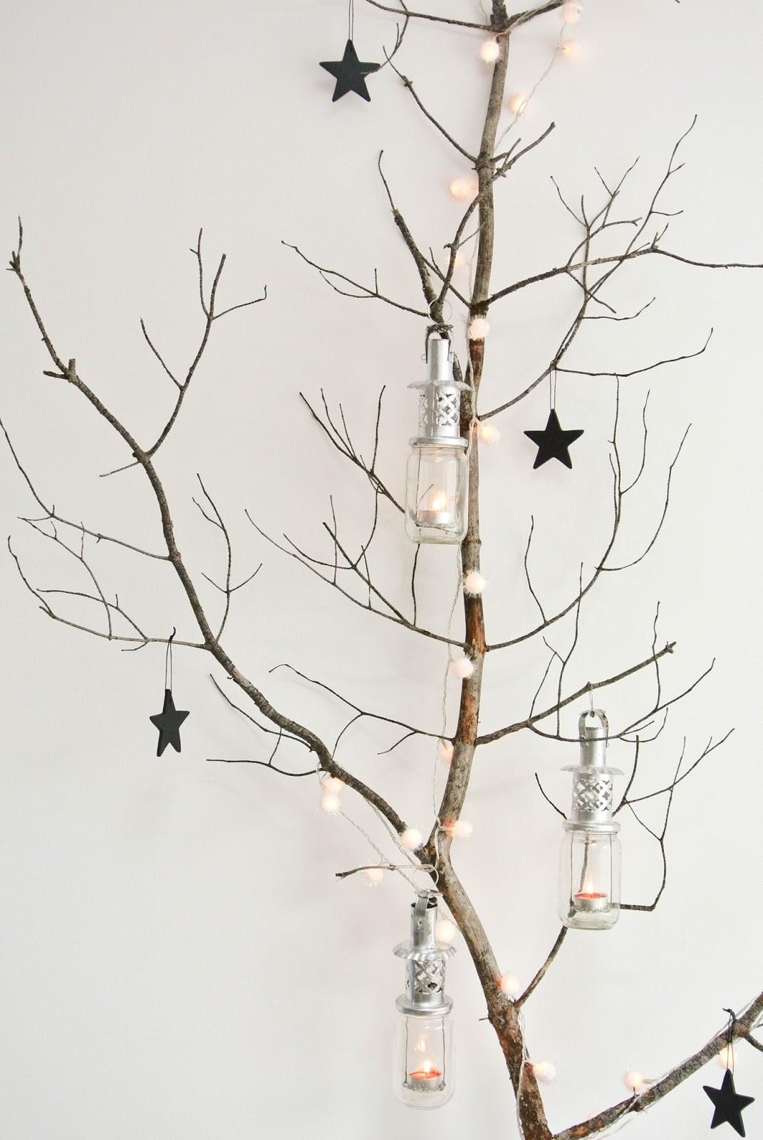 Plutôt qu'un sapin de Noël classique, on mise sur des branches d'arbre