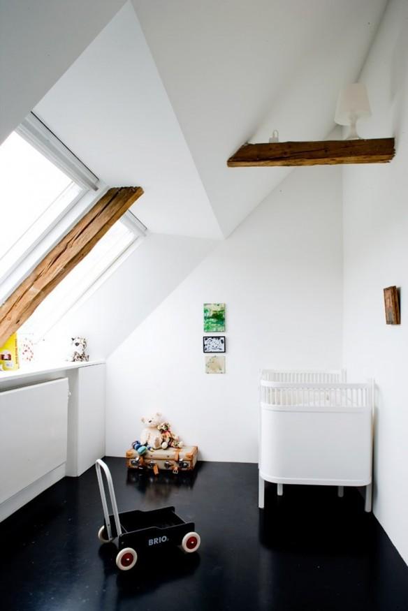 Style minimal pour cette chambre d'enfant en noir et blanc au sol noir