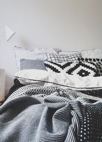 Lit avec mixe de textile aux motifs ethniques en noir et blanc