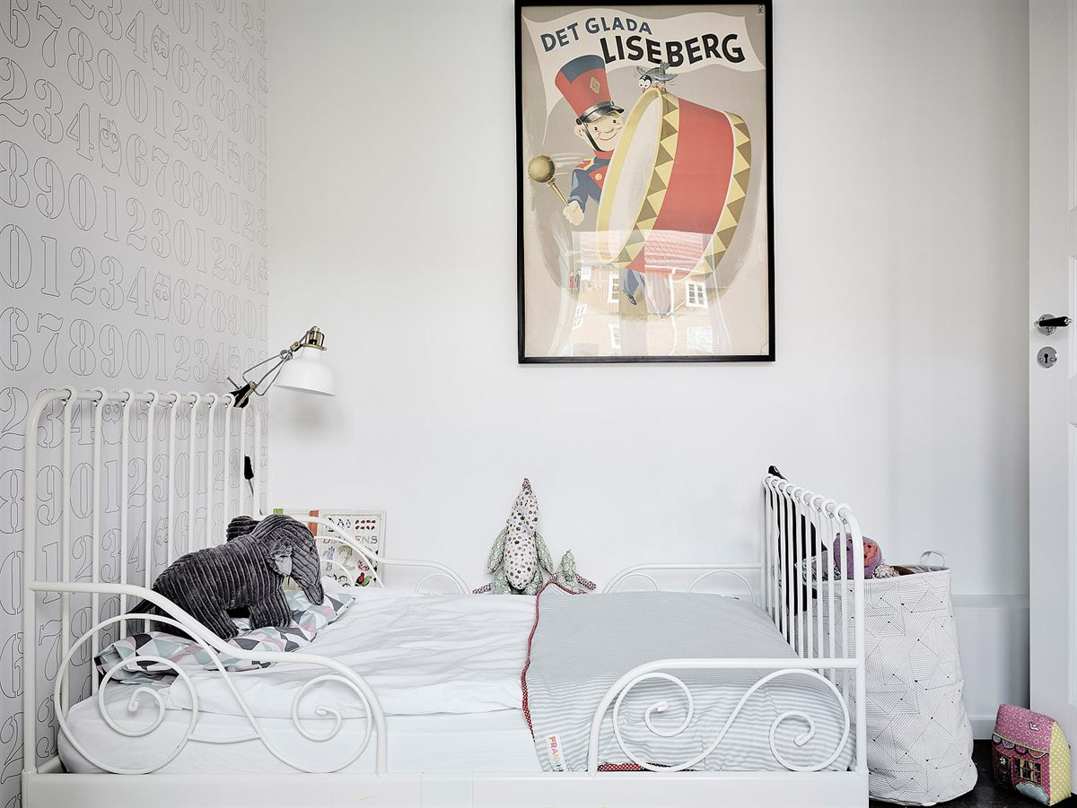 Chambre d'enfant monochrome blanc avec un papier-peint motifs en philigramme gris