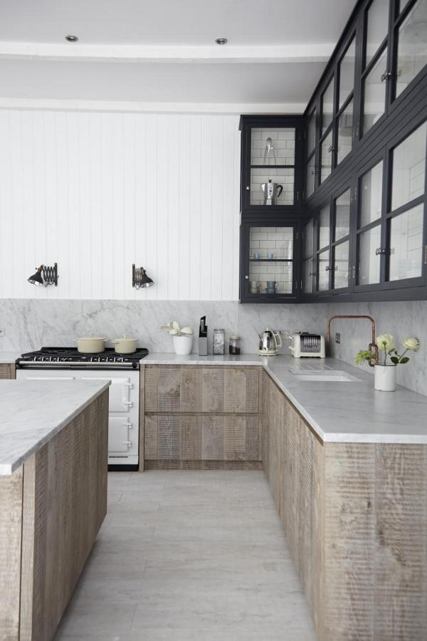 Une cuisine aménagée bois et noir et blanc || Barefaced British home