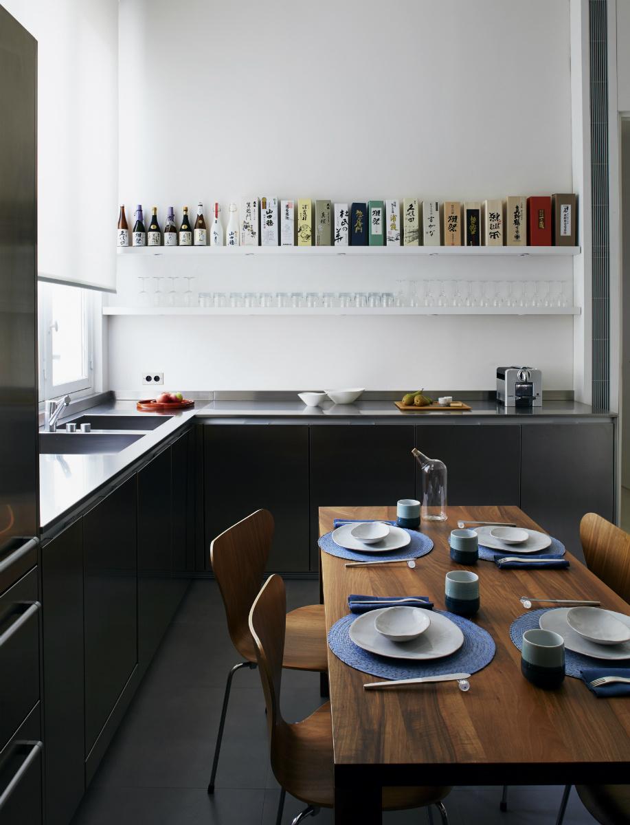 Une cuisine aménagée bois et noir || Elliott Barnes Appartement Paris