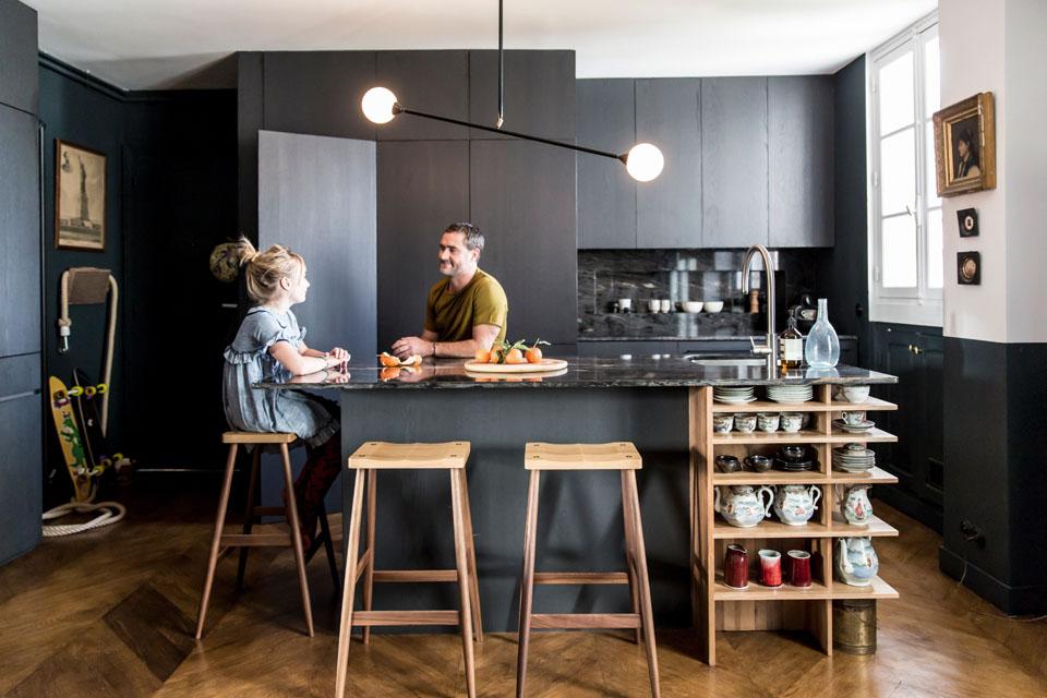 Une cuisine aménagée bois et noir || François Dol appartement à Paris
