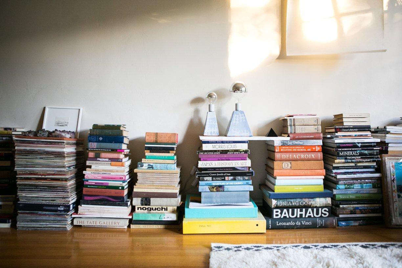 X façon de ranger ses livres de façon improbable - Ranger ses livres par terre