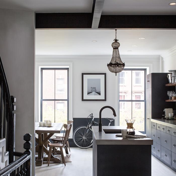 Une cuisine aménagée bois et noir || Townhouse renovation in Brooklyn, New York.