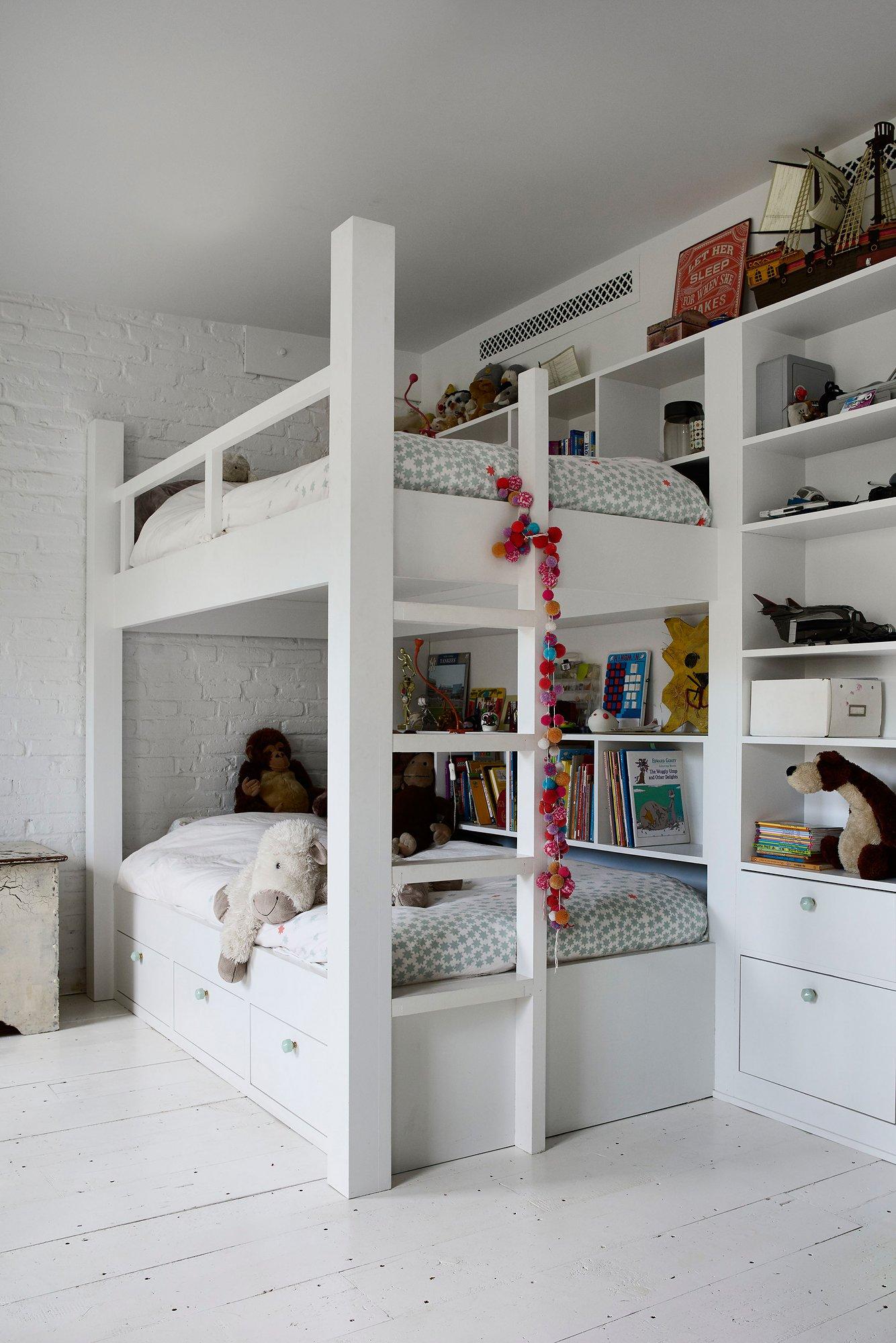 Chambre d'enfant monochrome blanc à l'esprit charme