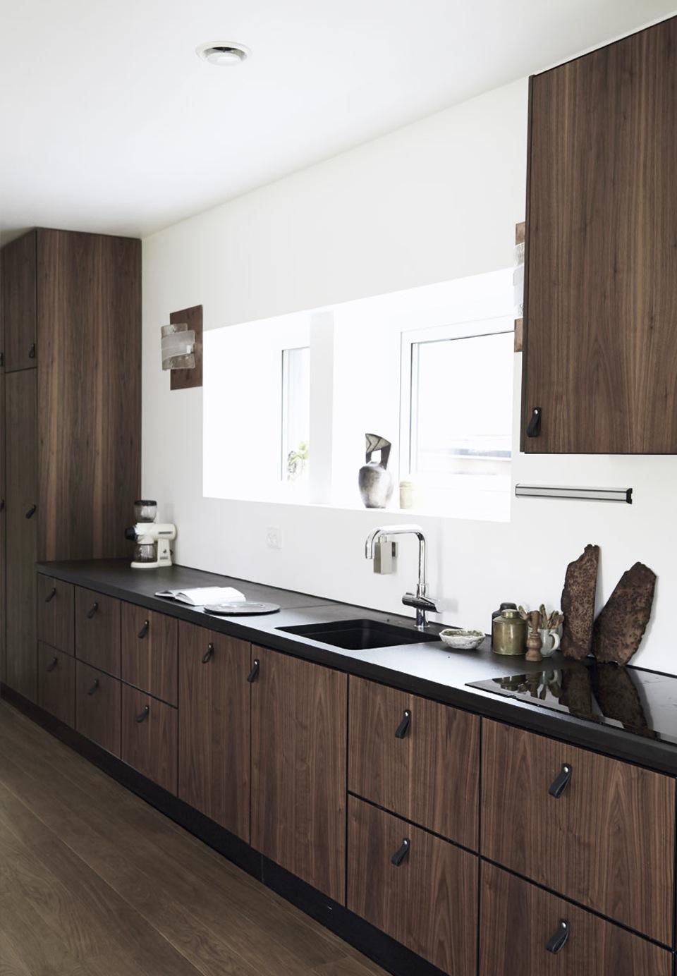 Une cuisine aménagée bois et noir || Roskilde Fjord home
