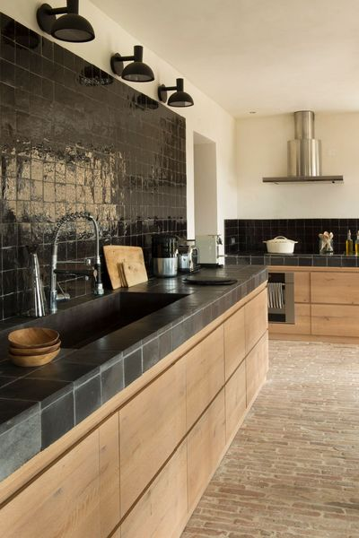 Une cuisine aménagée bois et noir || Hanne Benoist interieur