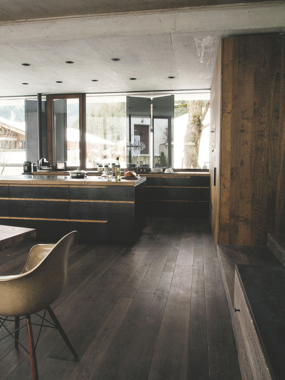 Une cuisine aménagée bois et noir || Chalet en Autriche Tyrol