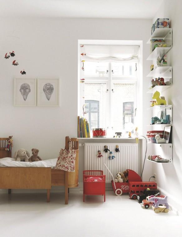 Chambre de bébé blanche et couleurs