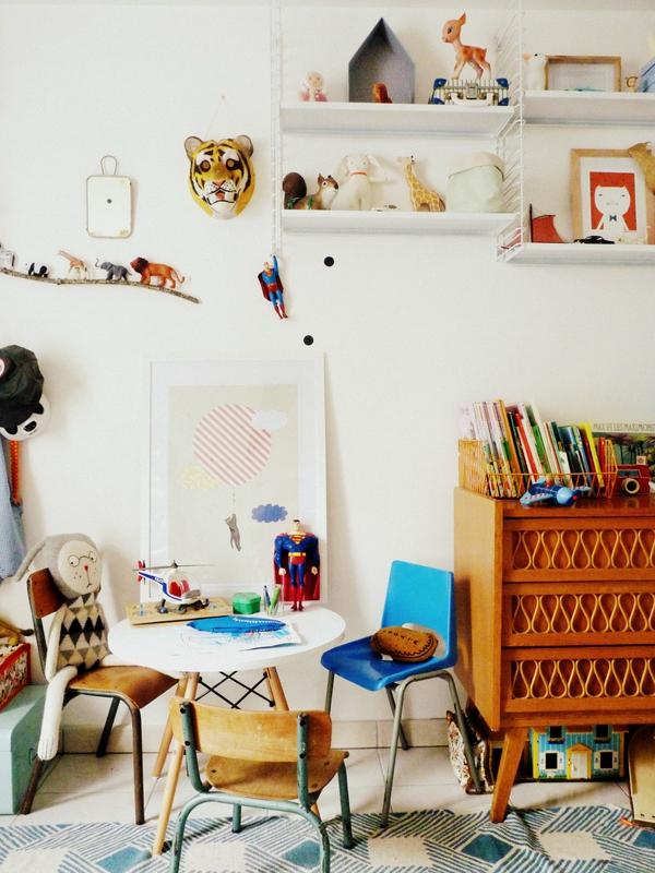Chambre d'enfant monochrome blanc à l'esprit vintage rétro