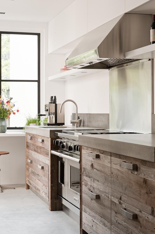 Une cuisine aménagée bois et noir et blanc || Jolanda Kruse portfolio - Maison à Amsterdam