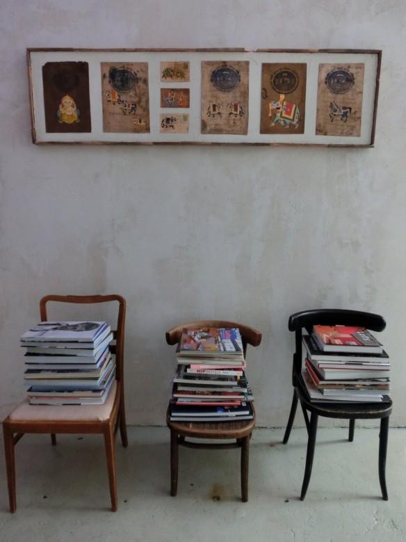 X façon de ranger ses livres de façon improbable - Ranger ses livres sur des chaises