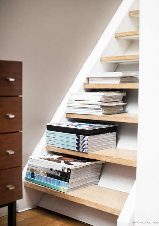 X façon de ranger ses livres de façon improbable - Ranger ses livres sur les marches d'un escalier