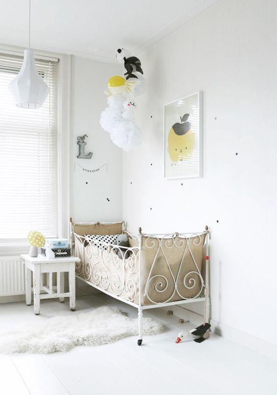 Chambre de bébé blanche et pastel