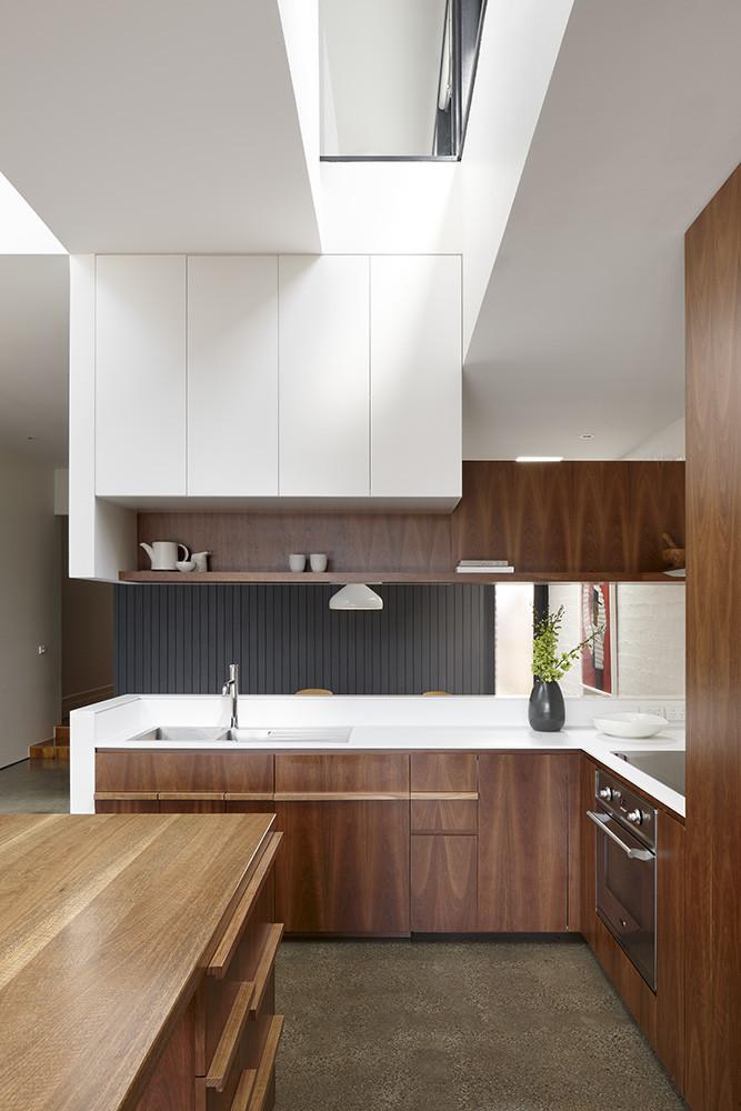 Une cuisine aménagée bois et noir et blanc || North Fitzroy house by AM architecture
