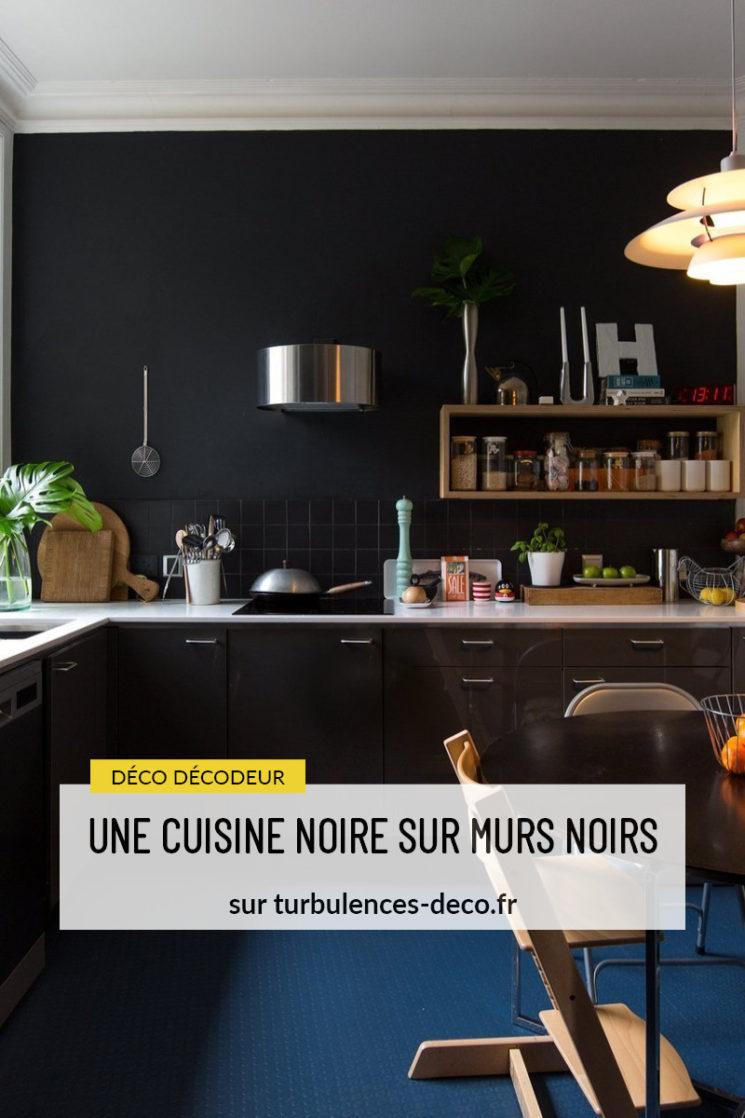Une cuisine noire sur murs noirs - Turbulences Déco