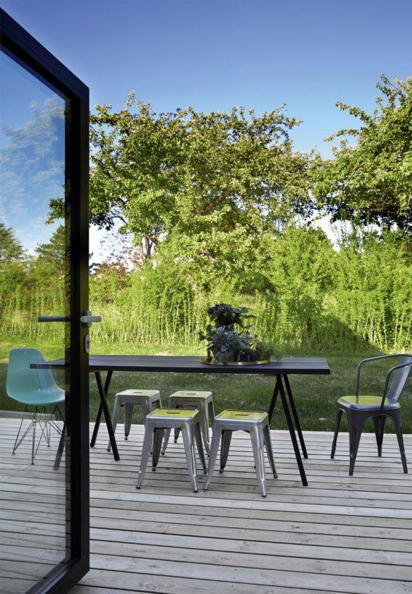 Une maison contemporaine avec des baies vitrées sur le jardin