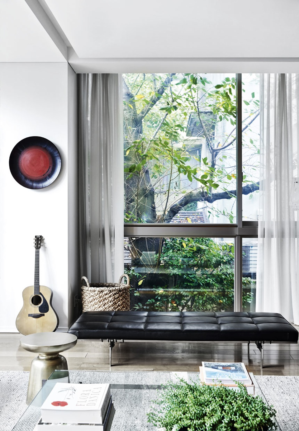 Une maison à Tokyo aux baies vitrées qui ponctuent l'intérieur