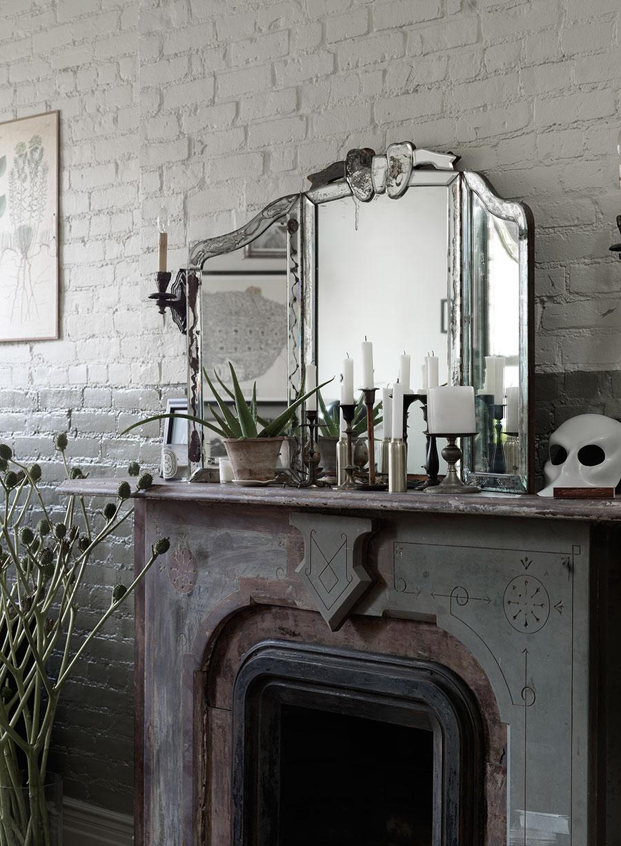 Miroir ancien posé sur la cheminée