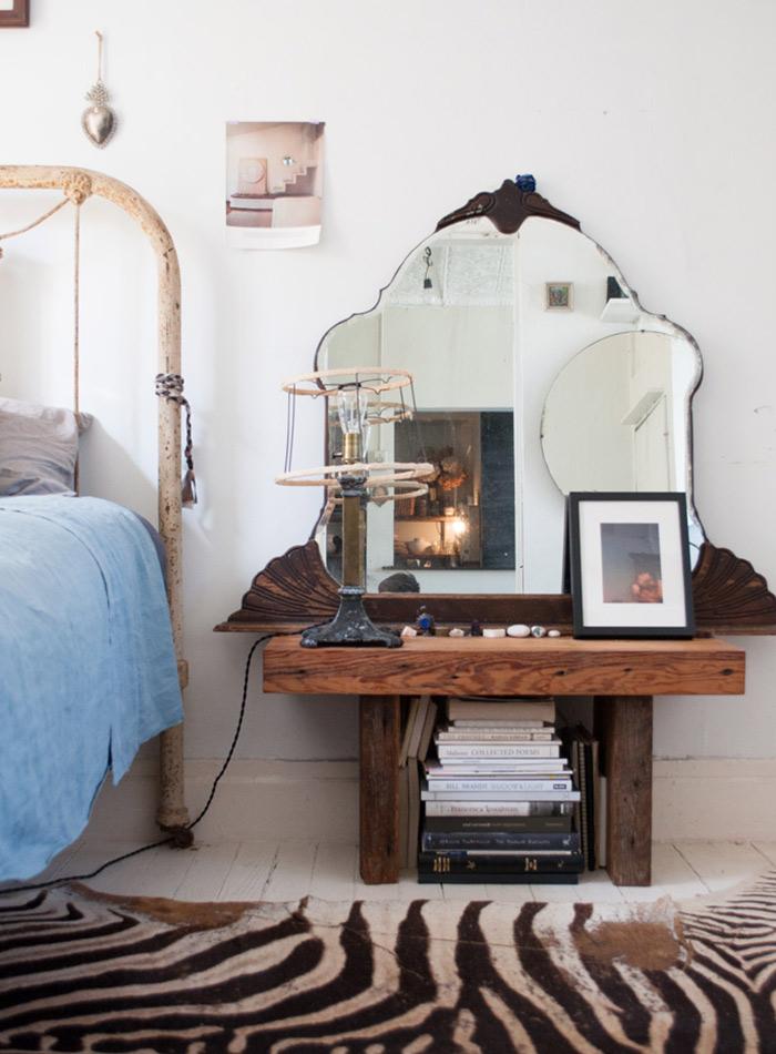 Miroir ancien posé sur la table de chevet