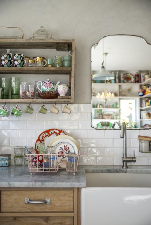 La bonne idée déco : placer un miroir ancien dans sa cuisine au-dessus de l'évier, effet déco garanti