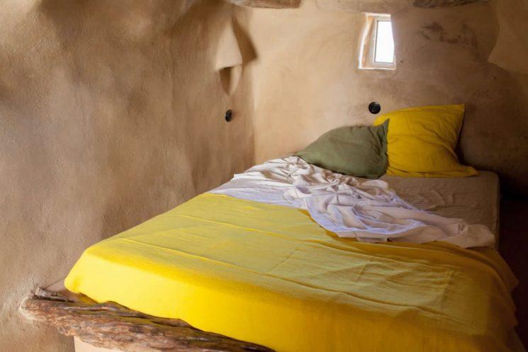 Combo rose et jaune sur la déco || Bergerie de Tinos, chambre d'hôtes