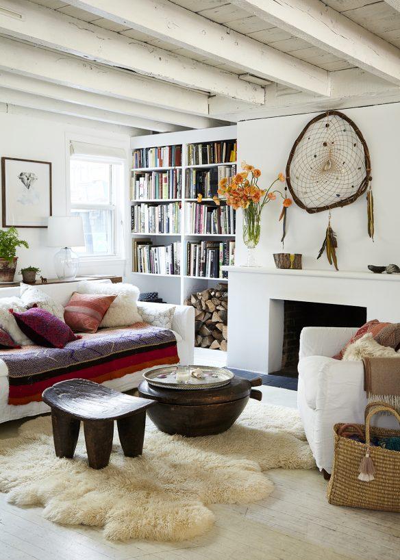 La maison de Jenni Li, propriétaire de Intiearth à Brooklyn || Blanc et textiles ethniques colorés