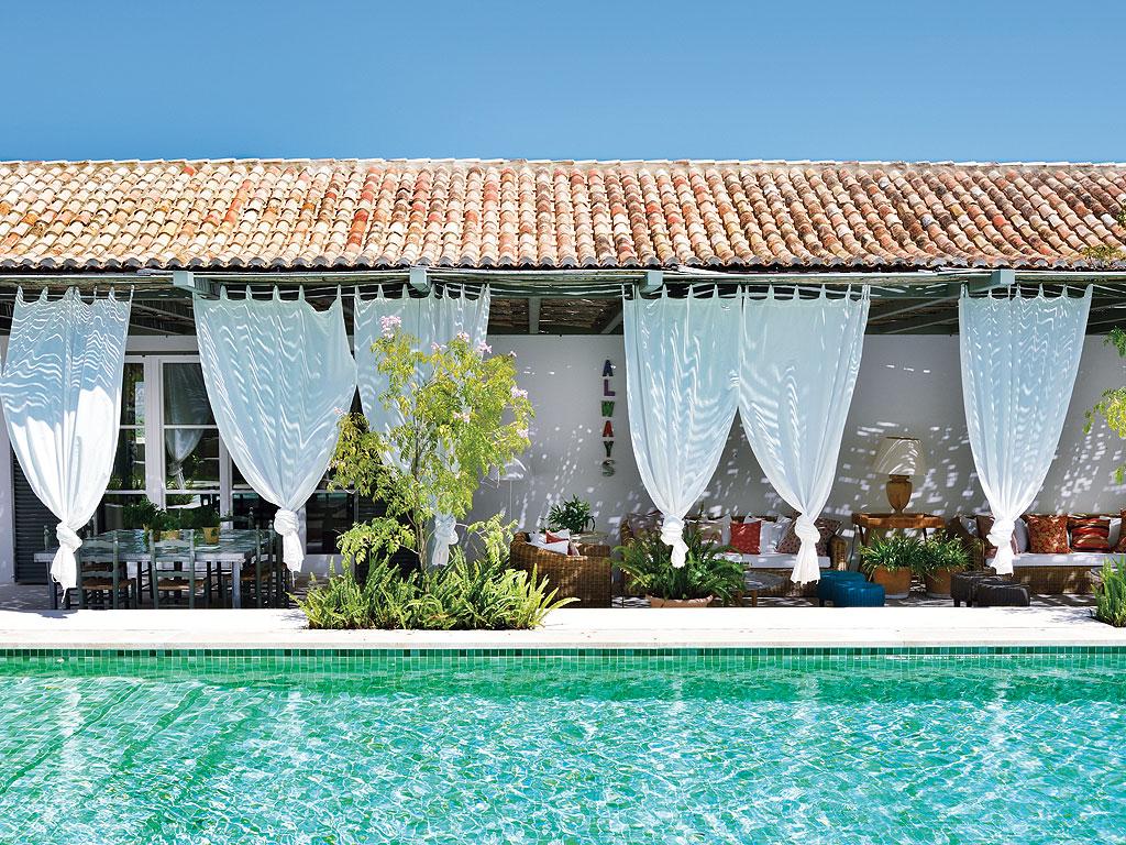 Autour d'une piscine design || Une maison à Cadiz par le studio M&F