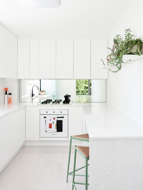 Déco blanche et plantes vertes - L'intérieur d'Elli et Cameron Walsh
