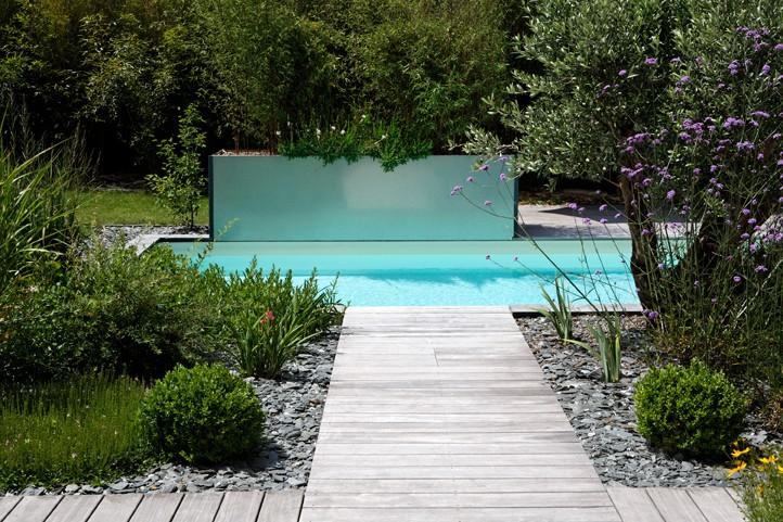 Autour d'une piscine design par Caron