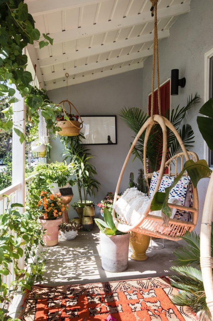 Comment donner du cachet à son balcon ? En mettant une nacelle, des plantes et un tapis
