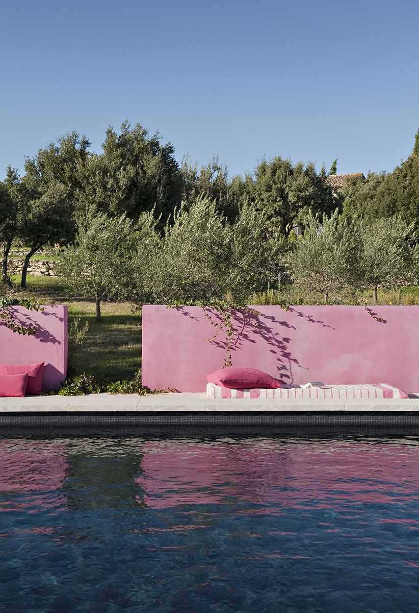 Comment donner du cachet à son coin extérieur ? En peignant un mur en rose