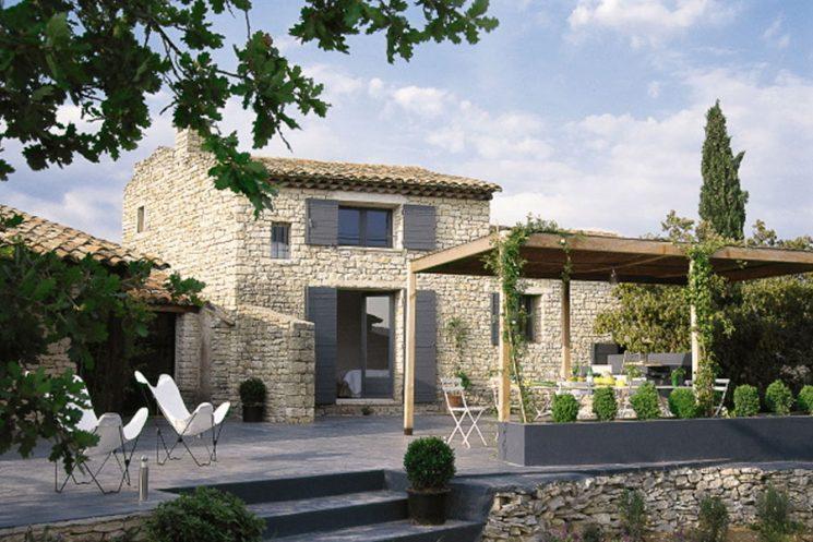 Une maison la d co proven ale qui ose le rose - Maison en pierre meuliere ...