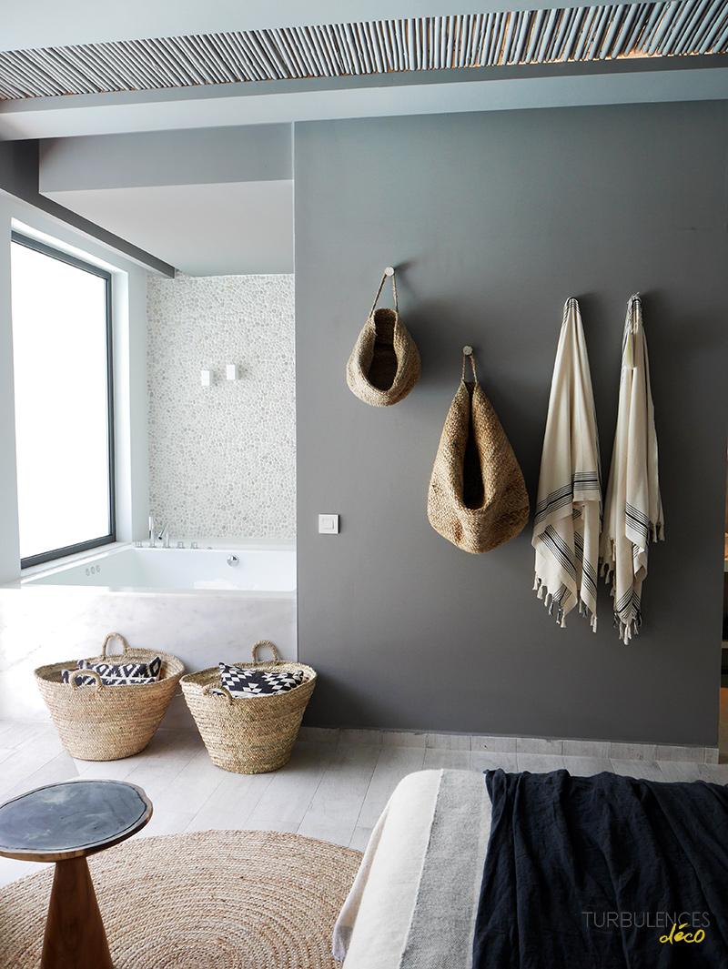 Adopter la fouta en décoration, tout simplement en serviette de bain dans la salle de bain au style ethnique // Hôtel Cas Cook à Rhodes